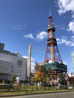 建物の側に時計がある大きな高い塔の写真・画像素材[4087433]