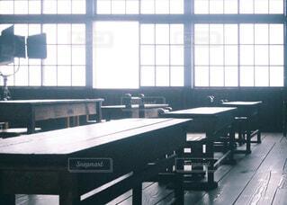 大きな窓のある教室の写真・画像素材[4130384]