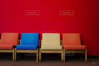 ソファのある部屋 赤 黄色 青の写真・画像素材[4091336]