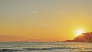 冬のビーチに沈む夕日の写真・画像素材[4092062]