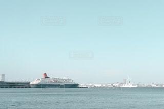 港と船と遠くに見える風車の写真・画像素材[4092141]