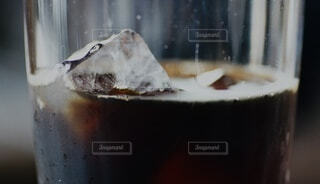氷が入ったアイスコーヒーのアップの写真・画像素材[4092147]