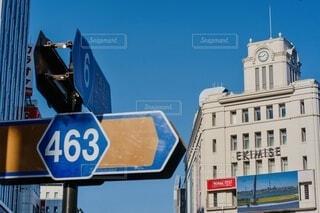 建物の前の交通標識の写真・画像素材[4092834]