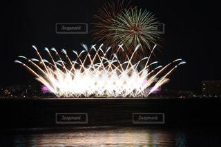 空に花火の写真・画像素材[716825]