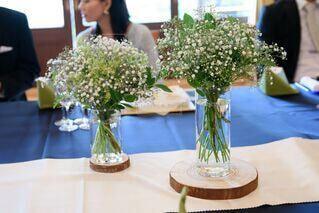 テーブルの上の花瓶に入ったカスミソウの写真・画像素材[4114065]