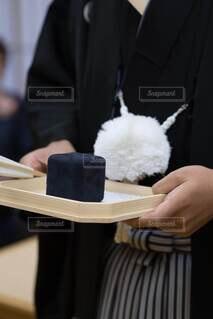 結婚指輪の箱を持つ紋付き袴の男性の写真・画像素材[4114072]