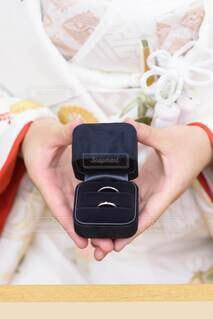 結婚指輪の箱を持つ着物の手の写真・画像素材[4114074]