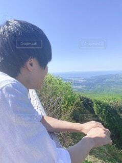 遠くを見つめる男性の写真・画像素材[4092540]