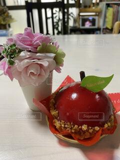 ケーキと花の写真・画像素材[4097497]