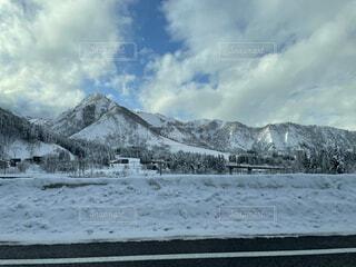 雪国の山の風景の写真・画像素材[4100637]
