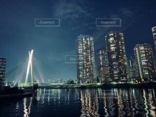 都市を背景にした水の体に架かる橋の写真・画像素材[4099726]