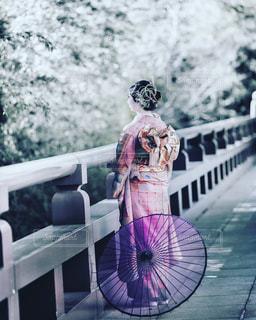 ピンクの傘を持っている人の写真・画像素材[2138098]