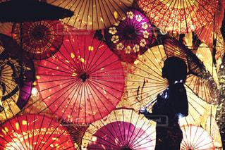 異なる色の傘のグループの写真・画像素材[2138126]