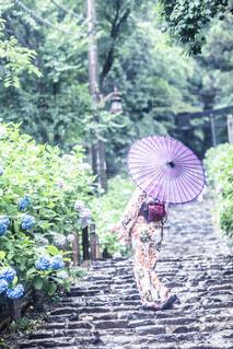 傘を持っている人の写真・画像素材[2138161]
