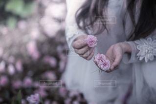 ピンクの花をかぶった女性の写真・画像素材[2138174]