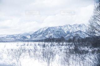 雪に覆われた山の眺めの写真・画像素材[2138177]