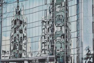 高いガラス張りの建物の写真・画像素材[2138192]