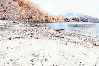 雪に覆われた砂浜の写真・画像素材[2138201]
