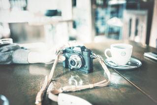 テーブルの上のコーヒー1杯の写真・画像素材[2138205]