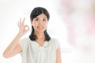 写真のポーズをとる女性の写真・画像素材[4103558]
