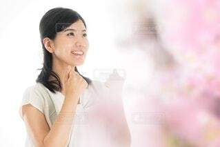ガッツポーズをする女性の写真・画像素材[4103576]