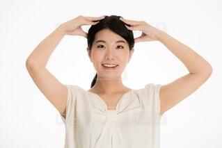 頭皮マッサージをする女性の写真・画像素材[4105804]