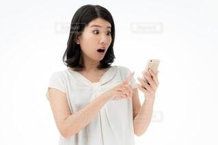 スマホを持つ女性の写真・画像素材[4106407]