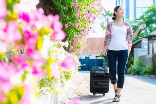 スーツケースを持ち旅行する女性の写真・画像素材[4261447]