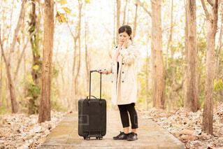 スーツケースを持った女性の写真・画像素材[4261748]
