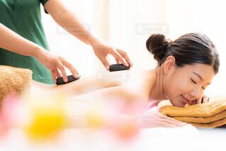 ホットストーンマッサージを受ける女性の写真・画像素材[4309301]