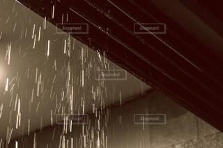 激しく降る雨の写真・画像素材[4567185]