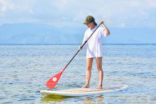 海でスタンドアップパドルに乗る女性の写真・画像素材[4615948]