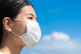 マスクをした女性の顔のクローズアップの写真・画像素材[4660027]