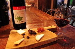 赤ワインとチーズの写真・画像素材[4111221]