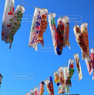空に沢山並ぶカラフルな鯉のぼりの写真・画像素材[4179229]