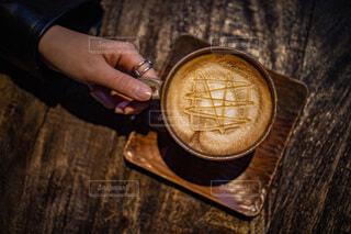 マグカップとラテアートの写真・画像素材[4105162]