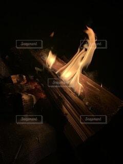 焚き火の火の写真・画像素材[4941880]