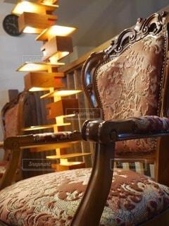 素敵な椅子とライトの写真・画像素材[4123559]