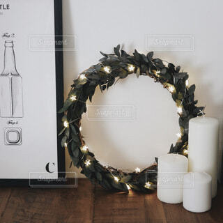 クリスマスリースとキャンドルの写真・画像素材[4124366]