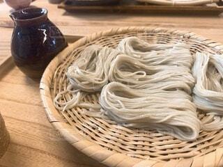 食べ物のバスケットをテーブルの上に置くの写真・画像素材[4136748]