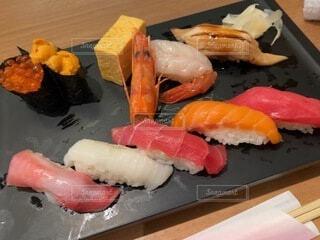 中トロやエビ、ウニ、いくら、サーモンなどのお寿司一人前の写真・画像素材[4117054]