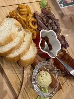 お洒落な肉バルのポテトやハラミ盛り合わせの写真・画像素材[4117088]