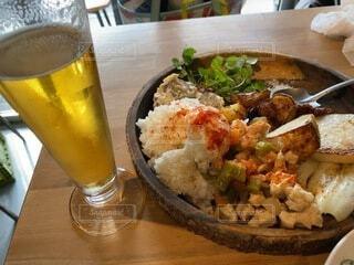 カフェ飯ランチとグラスビールの写真・画像素材[4117090]