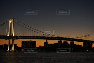 夕焼けに浮かび上がるレインボーブリッジと首都高の写真・画像素材[4117767]