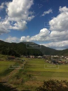 田園風景と青々とした山、入道雲の写真・画像素材[4118570]