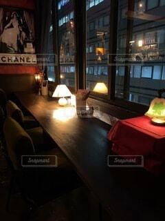 雰囲気のよいレトロなカフェの窓ぎわカウンター席の写真・画像素材[4119296]