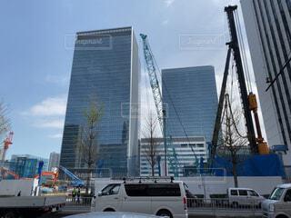 駅前の再開発でパイルドライバーやクレーン、ショベルカーが動く建設現場の写真・画像素材[4316570]