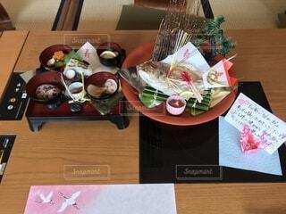 木製のテーブルの上に座っているケーキの写真・画像素材[4118023]