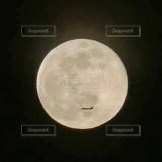 ピンクムーンと飛行機の写真・画像素材[4366884]