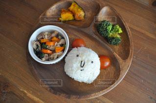木製のテーブルの上に食べ物のプレート - No.820437